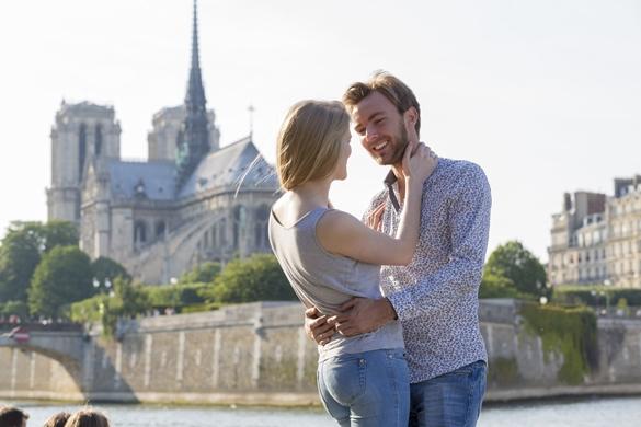 couple-visiting-paris
